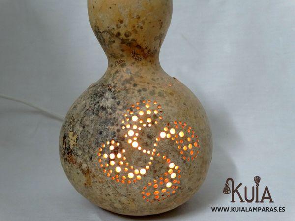 lauburu tallado en una pequeña lampara de noche