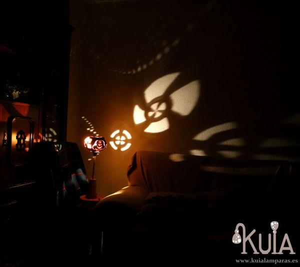 lampara con proyecciones de formas en la pared static
