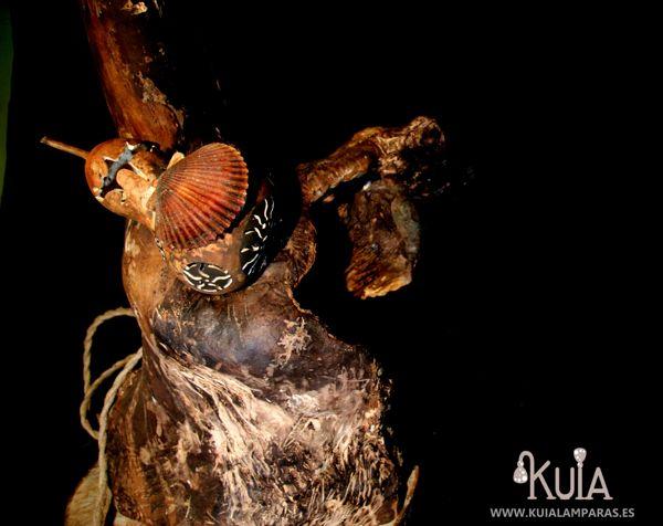 lampara de pie con troncos korua